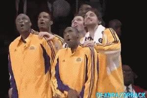 Enlace a Los Lakers viendo el tiro libre de Messi