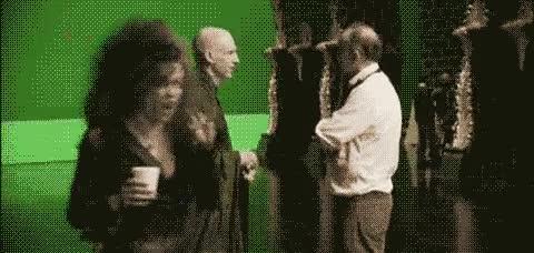 Enlace a Voldemort con nariz, Dumbledore leyendo su texto y Bellatrix con un café
