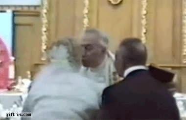 Enlace a Puede besar al... sacerdote