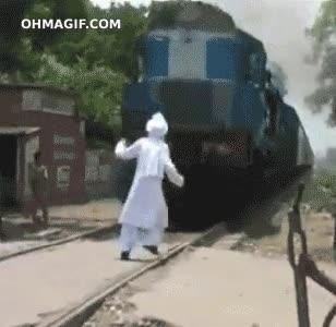 Enlace a Querer asustar a un tren y salir a tiempo