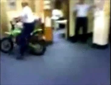 Enlace a Creo que la moto no está hecha para ir por la oficina
