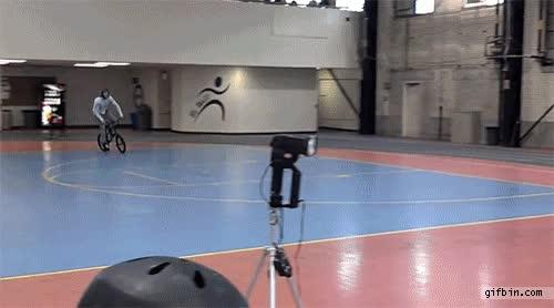 Enlace a Ciclista salta a dos personas