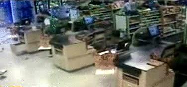 Enlace a Hay gente que va a comprar al supermercado en coche