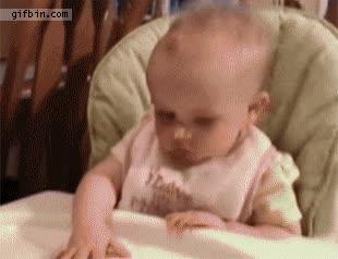 Enlace a Bebé con pasta en la nariz no se la puede sacar