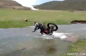 Enlace a Cruzando el río en moto