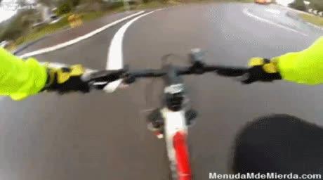 Enlace a Un ciclista graba como le atropella un cochee