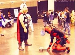 Enlace a Sólo Thor puede con su martillo