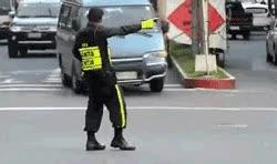 Enlace a Agente de tránsito bailando