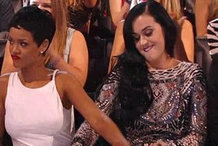 Enlace a Rihanna y Katy Perry haciendo manitas