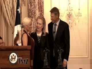 Enlace a A Hillary Clinton le gustan los pechos de Christina Aguilera
