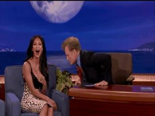 Enlace a Conan O'Brien se vuelve loco con los pechos de Nicole Scherzinger
