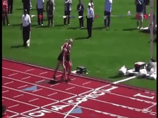 Enlace a Atleta ayuda a cruzar la línea de meta a su rival lesionada