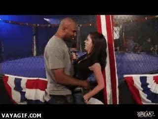 Enlace a Luchador de la UFC seduce a una reportera