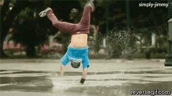 Enlace a El señor del agua haciendo breakdance
