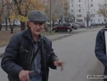 Enlace a La pregunta aquí es: ¿De dónde leches sale el viejo con la bici?