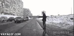 Enlace a Master troll cruzando la calle