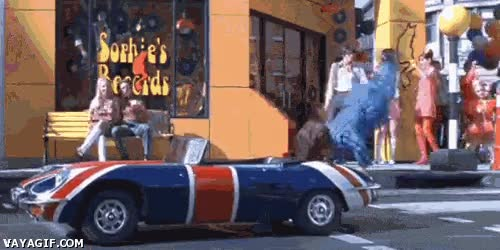 Enlace a Cuando hay chicas mirando e intentas entrar en el coche de forma guay