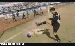 Enlace a Si chuta así a la gente, imagina al balón