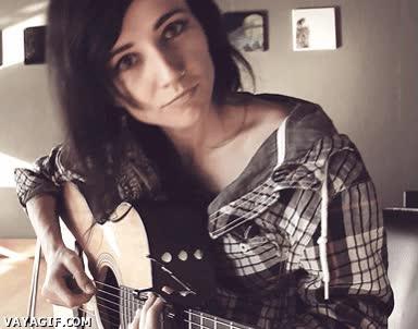 Enlace a ¿Una chica guapa sonriendo y con una guitarra? ¿Cupido, por qué me haces esto?