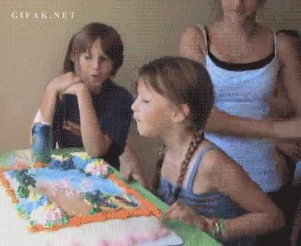 Enlace a Quién tiene cumpleaños, después de soplar las velas, se come la tarta