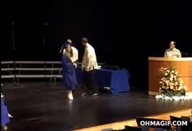Enlace a A veces bailar en una graduación no acaba bien
