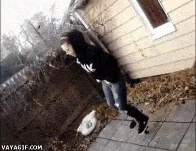 Enlace a Cuando piensas que el saltador es peligroso, aparece una silla