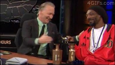 Enlace a Snoop Dogg saluda con el puño, pero es rápido de reflejos