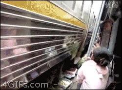 Enlace a Así es como transitan los trenes en la India