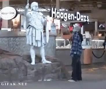 Enlace a Estatuas humanas tan reales que dan miedo