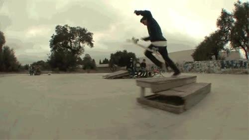 Enlace a Impresionante truco con el skate