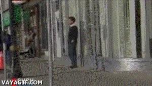 Enlace a Lo típico, ir caminando y ser atacado por el hombre invisible
