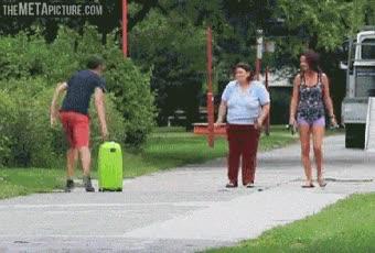 Enlace a Ver a alguien soltar una maleta y que te falten piernas para correr