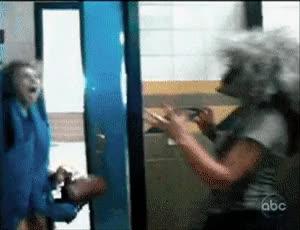 Enlace a Que te den un susto y romperte la cara contra el marco de la puerta