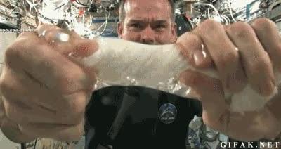 Enlace a Esto es lo que pasa cuando estrujas una toalla empapada en el espacio