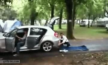 Enlace a Sólo en Rusia se les ocurre inflar una colchoneta con el tubo de escape de un coche