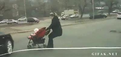 Enlace a Madre estúpida del mes jugándose su vida y la del niño