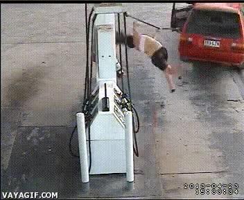 Enlace a Mientras mamá reposta, no se te ocurra tocar esta palanca del coche, ¿vale hijo?