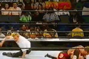 Enlace a El árbitro da más espectáculo que los luchadores