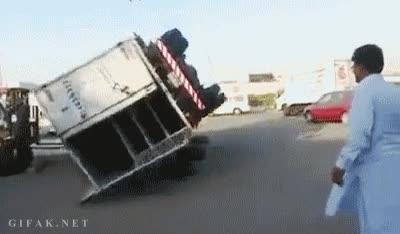 Enlace a ¿Tu camión ha volcado? No te preocupes, tres neumáticos y una carretilla elevadora y listos