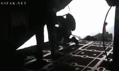 Enlace a Parece que este hombre no tenía muy claro cuando abrir el paracaídas
