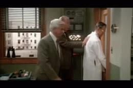 Enlace a Soy Leslie Nielsen y me paso por el forro el decorado