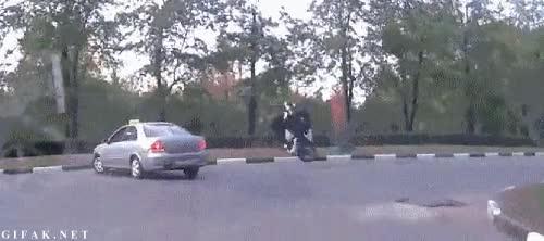 Enlace a Frenar tan bruscamente que hasta la moto sale volando