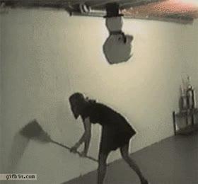 Enlace a No sé si está intentando darle a la piñata o barriendo la pared