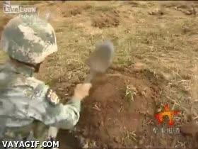 Enlace a Soldados chinos que disparan proyectiles de artillería sin utilizar cañones