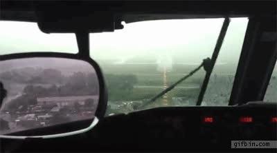 Enlace a La lluvia impide ver al piloto de este avión justo antes de aterrizar