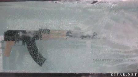 Enlace a Nunca hubiera dicho que una AK-47 podía disparar bajo el agua