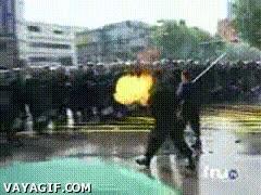 Enlace a Que se te echan encima los anti-disturbios, ten un lanzallamas casero a mano