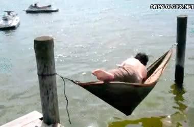 Enlace a Qué gran idea, una hamaca colgada encima del mar, ¿qué podría salir mal?