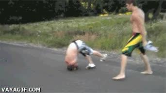 Enlace a ¿Soy yo o el tío exagera un poco el golpe con esa voltereta más falsa que el pressing catch?
