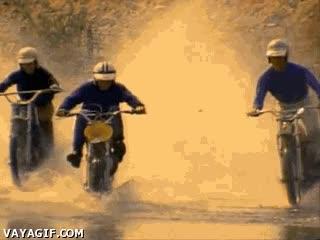 Enlace a Ah, ¿que dices que no te quieres mojar con la moto? Déjanos ayudarte...